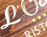 Insegne Negozi In Legno : Fondo sabbiato con testi i logo in rilievo decorazione manuale