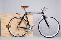 Andrea Colussi s'est associé au designer Giulio Gianturco et à l'ingénieur Giampietro Lorenzon pour réinventer, à sa manière, le vélo. Conçu sur une géométrie classique, G_Bicycle incorpore des éléments amovibles sur un cadre en alu. Une attention toute particulière a été portée aux détails et aux finitions artisanales. L'aspect luxueux est omniprésent et transforme le vélo en oeuvre d'art. Ce vélo est dispo en 2 versions: Taddeo pour les hommes, Carlotta pour les femmes.
