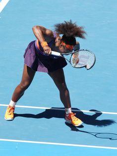 Das ist Serena Williams zu viel: Bei ihrem Viertelfinal-Aus in Melbourne zertrümmert die ehemalige Nummer 1 ein Racket. (Foto: David Crosling/dpa)