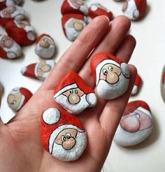 If you are looking for Diy Christmas Painted Rock Design Ideas, You come to the right place. Here are the Diy Christmas Painted Rock Design Ideas. Pebble Painting, Pebble Art, Stone Painting, Christmas Rock, Christmas Crafts, Christmas Ornaments, Rock Painting Ideas Easy, Rock Painting Designs, Stone Crafts
