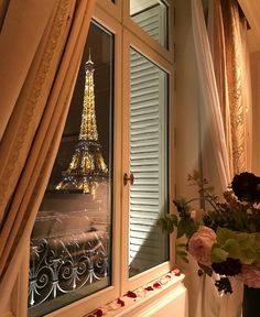 paris, france, and flowers image Beautiful World, Beautiful Places, Torre Eiffel Paris, Merci Paris, Belle Villa, Travel Aesthetic, Paris Travel, Best Vacations, City Lights