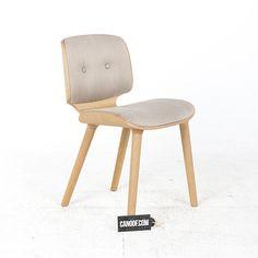 Moooi Nut stoel grijs (Oray) bekleding naturel gebeitst houten frame. Ontworpen door Marcel Wanders. 40% korting; showroommodel