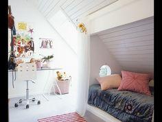 Mochten we toch besluiten een kinderkamer op zolder te maken...    Kinderkamer met bedstee-effect. Wat een ontzettend  leuk idee voor een kinderkamer met een schuin dak! Zo maak je er een soort bedstee van.
