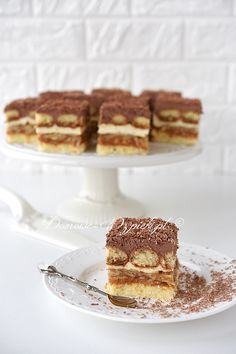 Caramel cream cake - recipe - A very light, fluffy cake made from sponge cake, dulce de leche, caramelized flaked almonds and cre - Polish Cake Recipe, Polish Recipes, Polish Food, Food Cakes, Cupcake Cakes, French Desserts, French Pastries, Something Sweet, Cream Cake