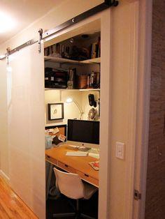 Zona de trabajo escondida en hueco de armario con puerta corredera con perfil visto
