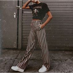 Striped pants and graphic tee outfit, what to wear with striped pants, casual outfit. Striped pants and graphic tee outfit, what to wear with striped pants, casual outfit. Mode Outfits, Casual Outfits, Fashion Outfits, Womens Fashion, Fashion Trends, Fashion Clothes, Casual Night Out Outfit, Fashion 2018, Petite Fashion