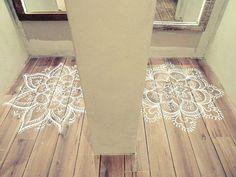 5-mandalas-kolam-pintados-sobre-suelo-parquet.jpg 690×518 pixels