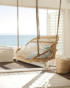 This relaxing rattan bench makes you feel beach-side. Its Scandinavian design gives a coastal air, and a set of throw pillows makes it undeniably inviting. Informations About Hanging Rattan Bench Pin Decor, Coastal Decor, Beach House Decor, Beach Cottages, Beach House Room, Beach Cottage Decor, Porch Swing, Hanging Rattan, Beach Decor