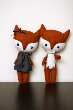 Pocket Fox Couple. Made by me, pattern by gingermelon.    #pocketfox #gingermelon #ragamuffinbaby