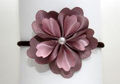 Tiara com flor de cetim.