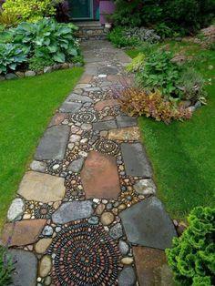 allées de jardin, allée mosaique et pelouse verte dans le jardin Plus