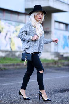 Come vestire alla moda questo mese? Con un maxi maglione di lana abbinato a skinny jeans strappati, pumps dal tacco 10 e tracolla di YSL!