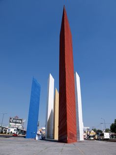 Clásicos de Arquitectura: Torres de Satélite / Luis Barragán /  y Mathias Goeritz. El arquitecto Luis Barragán - ganador del Premio Pritzker, en el Estado de México.