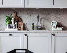 Här ser ni köksluckor i profil 1 och en bänkskiva och stänkskydd i kalksten (Jura) #kök #köksluckor #pickyliving #ikea #ikeahack #profil #kalksten #jura #grå #köksinspiration #köksinredningar #köksrenovering #kitchen #kitcheninspo #decor #interiör #interior #interiorinspiration