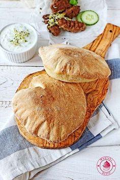 Chlebki pita - domowej roboty :) Ten przepis na chlebki pita pochodzi od Bajaderki i jest zamieszczony na stronie Mniam Mniam. Muszę powiedzieć, że jest to chyba moje odkrycie roku :) Lubimy u mnie w domu zjeść na obiad chlebki pita z mięsem kurczaka albo świnki i z warzywami. Do tej pory bazowaliśmy na
