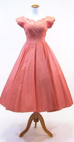 1950's party dress. Scalloped boat neckline, cap sleeve, fitted through the waist with a big full skirt and tulle underskirt