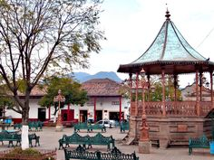 Vestigio del Siglo XVIII: Kiosco de Santa Clara del Cobre en Michoacán, México.