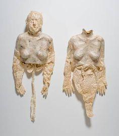 Kiki Smith, Hard Soft Bodies (1992).  (1954-) Sculpteure américaine d'origine allemande, oeuvrant dans un grand nombre de médiums différents (dessin, vidéo, photo, gravure...) dont l'art résolument féministe détourne les représentations érotiques traditionnelles du corps de la femme pour en faire une métaphore de transformation, du désir et de la souffrance.