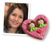 Myri is a Mexican graphic designer, who feels joy creating with her hands and imagination since her childhood. She entered to the cookie world with the sole desire to decorate for her daughter Andy (Chapix), thus changing the course of her life designing sweet treats. Her characteristic technique with volume and textures, her vibrant use of color, attention to detail, and style has captured the hearts of many.