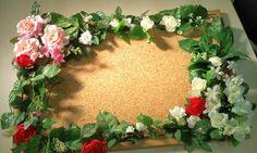 コルクボードに100均の造花をつけても可愛いですね。写真をコラージュしたい方におすすめです♡