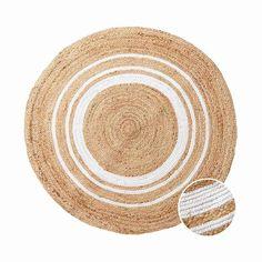 U kulatého koberce ALL NATURE z konopí a bavlny v přírodních tónech se vše točí kolem osvědčené klasiky, užitkového konopí. Přináší sebou pevný, nečistoty odpuzující a antistatický materiál, který z tohoto koberce dělá odolný a lehce udržitelný poklad. S těmito vlastnostmi se skvěle hodí i do Vaši předsíně nebo obývací pokoj, tam jej kombinujte třeba se severským designem, boho lookem nebo francouzským venkovským stylem. Koberec je mimochodem ruční výroba, tak je každý kousek naprostý originál. Butler, All Nature, Boho, Diy, Design, French Country, Hemp, Weaving, Handmade