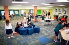 Hoy sabemos que un aula tradicional no es el mejor espacio para fomentar el aprendizaje y mucho menos si hablamos específicamente de un aprendizaje creativo. Sin embargo, diseñar escuelas, aulas y ...
