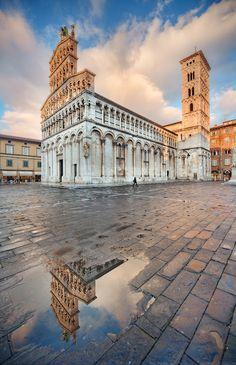 #Lucca --> la chiesa di San Michele riflessa: luogo di incontri e scambi commerciali, fiancheggiata da una cortina di palazzi medioevali.
