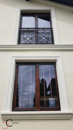 Ancadramente ferestre din polistiren CoArtCo Exterior Wall Design, Main Entrance Door Design, Window Molding Trim, Moldings And Trim, Classic House Exterior, Classic House Design, House Pillars, Interior Window Trim, Exterior Front Doors