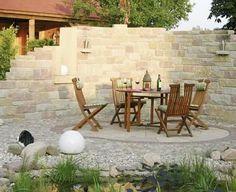 Charmant Die Halbrunde Mauer Aus Betonstein Rahmt Den Sitzplatz Stimmungsvoll Ein.  Die Wechselnden Farbtöne Und Formate