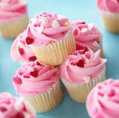 A melhor parte do meu dia é ver as fotos de cupcakes decorados, e com certeza é algo que vocês também poderão apreciar aqui em SaboresDoChef. Uns dias atrás vimos a receita do glacê real, e depois vimos algumas fotos de bolos decorados com glacê real, entrando na