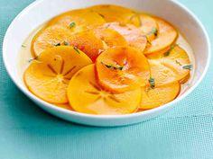 Valmista ihana hedelmäsalaatti sharonhedelmistä. Sharonin kanssa sopii hienonnettu basilika. Tarjoa sharonsalaatti itse tehdyn vaniljavaahdon kanssa.