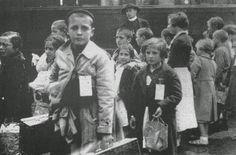 Niños españoles exiliados a su llegada al andén de la estación de Mons, Bélgica. Junio de 1937.