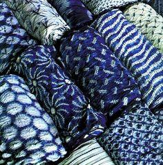 shibori in indigo blue and white Azul Indigo, Mood Indigo, Indigo Dye, Japanese Textiles, Japanese Fabric, Motifs Textiles, Shibori Tie Dye, Shibori Fabric, Fabric Art