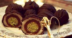 pistachio, almond, chocolate truffles Wonderful candy known as Mozartkugeln Recipe Czech Desserts, Mini Desserts, Sweet Recipes, Cake Recipes, Ice Cream Candy, Baking Cupcakes, Sweet Breakfast, Sweet Cakes, Desert Recipes