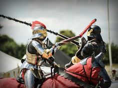 first hit of the tournament, even it`s a simulation it's not easy to breake the lance on the contrahents helmet ;-)