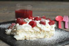 Pavlova fraises framboises : meringue, chantilly maison et fruits. => pour la meringue :  4 blancs d'oeufs 200 g de sucre 1 cuillère à café de vinaigre blanc 1 cuillère à soupe de Maïzena => pour la chantilly :  20 cl de crème liquide entière 50 g de sucre => pour la garniture :  10 fraises 15 Framboises 4 cuillères à soupe de coulis de framboises (facultatif) => pour la décoration :  Sucre glace