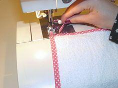 DIY spuugdoekjes | Tutorial: hoeken afwerken met biasband – Maak Het Met Rachel Diys, Sewing, Fabric, Towels, Cowls, Hipster Stuff, Everything, Tejido, Dressmaking