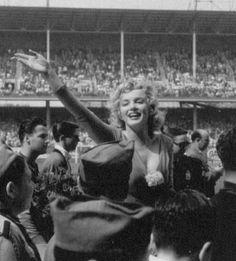 12 mai 1957 Marilyn Monroe donne le coup d'envoi du match de football USA vs Israël au stade d' Ebbets Field à Brooklyn