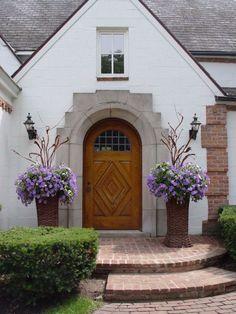 aménagement entrée extérieur -allée-marches-brique-rouge-déco-fleurs-retombantes-appliques-murales