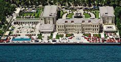 L'hôtel de luxe Four Seasons est situé sur le célèbre front de mer d'Istanbul, le long du Bosphore, dans un des quartiers les plus branchés.