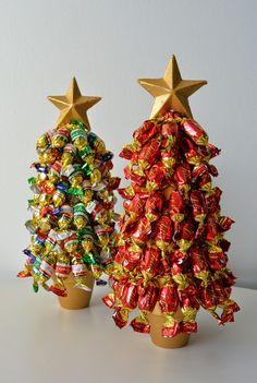 Noniin, käsi ylös tuleeko kenellekään näin joulun alla tilanteita, joissa olisi kiva olla jotain tuliaista tai viemistä? Kauppaan ei kuitenk... Christmas Deco, Christmas Cards, Easy Handmade Gifts, Around The Corner, Xmas Crafts, Little Things, Gift Wrapping, Holiday, Party