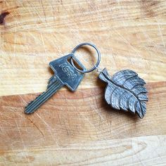 The leather strap was not enough for the last pendant so I did a keyring of it. And also I wanna thank for all the good feedback! it gives me so much motivation #winter #woodcarving #woodwork #carving #keyring #key #Etsy #hantverk #slöjd #leaf #rustic #vinter #snow #snö #handmade #handcarved #tälja #carvings #nature #art #design #nordic #wood #craft #handgjord #löv #walnut #ring #pendant #all_the_good_wood