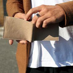 Lo Slim Pocket Wallet è un Portafoglio piccolo da uomo in pelle  di altissima qualità tagliato a vivo con cuciture a vista. Internamente contiene quattro scomparti per contenere ogni tipologia di carta e tessera, completamente realizzato a mano.