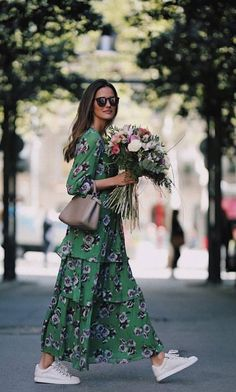 Street Style : Tiered maxi dress with white sneakers Idée et inspiration street style tendance 2017 Image Description Tiered maxi dress with white sneakers Adrette Outfits, Spring Outfits, Fashion Outfits, Womens Fashion, Dress Fashion, Fashion Ideas, Sneakers Fashion, Ladies Fashion, Spring Clothes