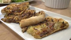 En pissaladière er en slags fransk pizza med løk og ansjos. Den kan spises varm fra ovnen, lunken eller kald. Gjerne med en god salat. Cheesesteak, Pork, Chicken, Pizza, Ethnic Recipes, Kale Stir Fry, Pork Chops, Cubs