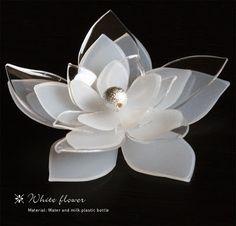 Plasticando . Flor elaborada con botellas de plástico blanco y transparente.
