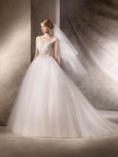 HALAR is a wedding dress brimming with sensuality. A princess dress in tulle, crystal tulle with gemstone, guipure, Chantilly and embroidery appliqué