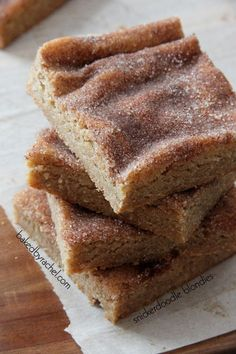 *use dark brown sugar and double the cinnamon/sugar topping* Snickerdoodle Blondie Bars.Chewy cinnamon blondie brownie bars with a cinnamon-sugar topping! Brownie Desserts, Just Desserts, Yellow Desserts, Yummy Treats, Sweet Treats, Yummy Food, Coconut Dessert, Slow Cooker Desserts, Cookies Et Biscuits