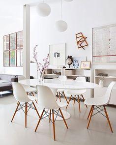 Já pensou em levar o estilo escandinavo para dentro de casa? Então aposte na simplicidade dos móveis na ausência de cores e nos detalhes em madeira clara. Coloque alguns arranjos de flores pelo ambiente para dar aquele toque especial http://mobly.vc/1UVbEVY