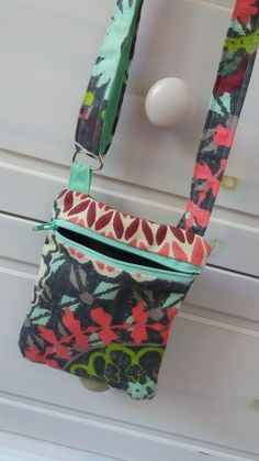 See related links to what you are looking for. Ethnic Bag, Diy Bags Purses, Bags 2017, Sewing For Beginners, Origami, Sewing Projects, Shoulder Bag, Gucci, Fabric